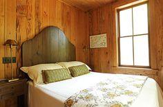 Designing Warm Bedroom with Wooden Headboard Designs: Amazing Bedroom With Sweet Wooden Headoard With Shelf ~ Colefacts Rustic Wood Headboard, Warm Bedroom, Bedroom Small, Trendy Bedroom, Headboard Designs, Headboard Ideas, Bedroom Designs, Bedroom Ideas, Scandinavian Bedroom