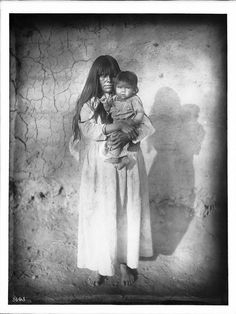 Nellie Law and her daughter - Pima - 1904 — mit Wayne Drake. Native American Photos, Native American Women, Native American Indians, Native Americans, Indian Pictures, Indian Pics, Pima Indians, Taos Pueblo, Pretty Pictures
