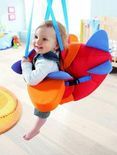 推荐给送孕妇和宝宝的礼物:小宝贝在学走路的时候,正好可以使用这个飞机秋千,可以一边玩一边蹬蹬腿,秋千造型可爱,色彩缤纷,推荐送给已经有小宝宝的家庭。