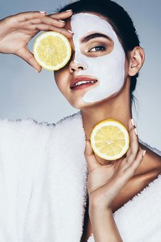 Funny Beautiful Model Holding Lemon Slices Up To Her Eyes Natural Skin Tightening, Banana Face Mask, Homemade Facial Mask, Glossy Eyes, Anti Aging, Skin Clinic, Face Treatment, Belleza Natural, Health And Beauty Tips