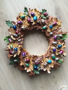 Krans van herfstbladeren en gekleurde eikels Christmas Wreaths, Christmas Decorations, Holiday Decor, Acorn Crafts, Nature Crafts, Crafty Projects, Beautiful Christmas, All Things Christmas, Diy And Crafts