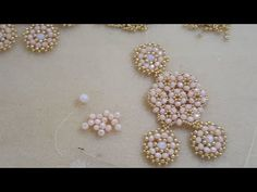 Tarde Creativa Peyote Circular - YouTube Handmade Jewelry Box, Beaded Jewelry Designs, Jewelry Patterns, Beading Patterns, Earrings Handmade, Beading Projects, Beading Tutorials, Seed Bead Earrings, Beaded Earrings