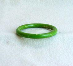 Vintage 1940s Bakelite Bracelet Spinach Green by Kissisjustakiss