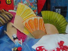estampación textil 2010: Abanicos pintados a mano Hand Fans, Textiles, Hands, Patio, Gift Ideas, Drawings, Gifts, Diy, Painted Fan