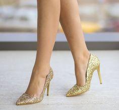 Pantofi aurii cu sclipici si toc stiletto Stilettos, Pumps, Heels, Footwear, Women's Fashion, Fashion Women, Spiked Heels, Shoe