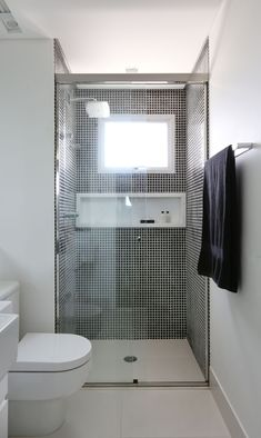 Banheiro com pastinha preta Washroom Design, Bathroom Design Small, Bathroom Layout, Bathroom Interior Design, Small Bathroom Floor Plans, Bathroom Partitions, Architectural House Plans, House Layout Plans, Bedroom Furniture Design