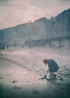 The last digger. 1910.  The Edwardian Summer photographed by John Cimon Warburg and His Atmospheric Autochrome – Dreamlike Color Photographs from the Early 20th Century
