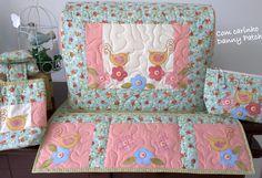 Capa de máquina com aplicações e quilt livre. Flores, borboletas e botões. Conjunto composto por necessaire, fiapeira/lixeira e capa de máquina e tapetinho.