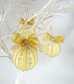 holidays in july Let your Christmas tree shine with these yellow handmade ornaments! Christmas in July! Whether you're a traditional decorator or a simple visitor, shop my unique c Merry Christmas And Happy New Year, Christmas In July, Christmas Baubles, Christmas Colors, Yellow Ornaments, July Holidays, Happy Birthday Jesus, Xmas Tree Decorations, Christmas Aesthetic