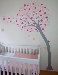 Bloemetjesboom voor in een meisjeskamer. Geschikt voor een baby tot en met tiener. Het ontwerp van deze moderne boom is ontleend aan een muursticker. Gemaakt door BIM Muurschildering.