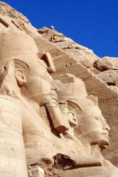 Abu Simbel, frente a este templo de ramses II, el templo de su mujer más querida Nefertari