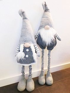 tutorial come fare gnomi in feltro. I made the gnomes recycling an old cloth jacket & a Santa Claus outfit that I no longer Christmas Sewing, Christmas Gnome, Primitive Christmas, Diy Christmas Gifts, Christmas Projects, Christmas Decorations, Christmas Ornaments, Christmas Holidays, Theme Noel
