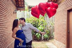 maternity photo shoot couple with balloons
