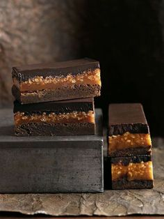 caramel crunch brownie Donna Hay Caramel/rice cereal layer can be used in Peanut Butter Stack bar recipe (sweet street usa) Köstliche Desserts, Delicious Desserts, Dessert Recipes, Yummy Food, Caramel Crunch, Caramel Bars, Caramel Brownies, Samoa Brownies, Chocolate Caramel Slice