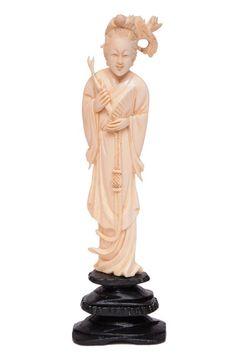 Escultura em marfim representando gueixa,base em madeira, medindo 19 x 6 cm; 15 x 4,5 cm.