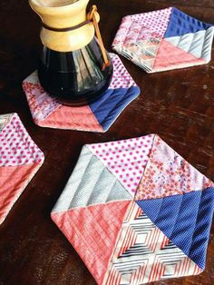 You'll be surprised by how these hexie hot pads are made. Super easy! Get the free tutorial here: http://quiltingdigest.com/these-hexie-potholders-are-super-simple-to-make/