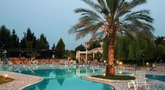 Hotel Byzantino Árta Hotel Byzantino is a 4 star hotel situated only 5km away from the historical city of Arta, in a verdant 35-acre area.  The fully air-conditioned hotel has a TV room, a bar with satellite TV and a café.