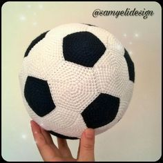 Artık evdeki… Hands of my mini in the photo 🙂 The soccer ball was a bit small. He can now play the ball without damaging the household items. Amigurumi Free, Crochet Patterns Amigurumi, Amigurumi Doll, Crochet Toys, Crochet Ball, Cute Crochet, Crochet Granny Square Afghan, Soccer Ball, Free Pattern