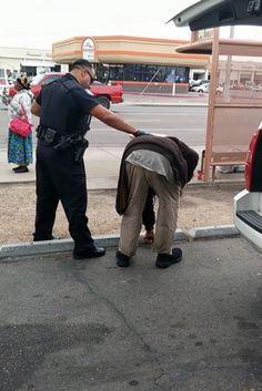 Ein Obdachloser sitzt im Polizeiwagen. Dann macht ein Polizist etwas Unglaubliches mit ihm