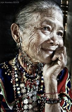 People of the World - Beautiful Mother-look portrait - Traditional costume of Bagobo Tribal of Philippine - taken by Jojie Alcantara 2008 Beautiful World, Beautiful People, Beautiful Eyes, Beautiful Old Woman, Simply Beautiful, Old Faces, Tribal Women, Too Faced, Ageless Beauty