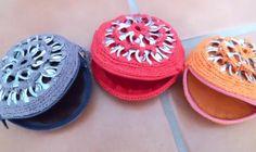 monedero gris.  anillas recicladas.,hilo de algodón.,fieltro. crochet.