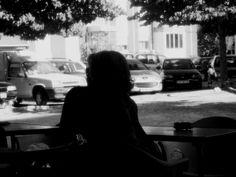 SEULE. ELLE N'ATTEND PERSONNE - Fotografia tirada, numa cafetaria, através dos vidros. No bairro onde resido.