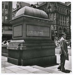 Margaret Bourke-White - Man standing next to statue with chalked protest message outside city hall, Johannesburg, 1950 copie Johannesburg City, Margaret Bourke White, Time Pictures, Apartheid, Documentary Photographers, Man Standing, Photo Essay, Picture Collection, Life Magazine