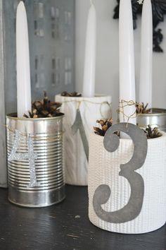 Eenvoudige versie van adventskrans. 4 mooie blikken of potten gevuld met denneappels en een kaars.