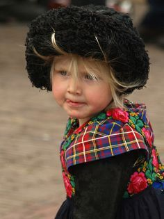 Mijn nichtje, 200 year Staphorst little girl wearing the pad or roll, but her hair is not long enough to brush up over the roll. Precious Children, Beautiful Children, Beautiful People, We Are The World, People Of The World, Folk Costume, Costumes, Namaste, Folk Embroidery