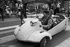 Messerschmitt kr 200  A l'heure où les vélos gratuits et autres vélos-pousse font leur grande entrée dans la capitale, il n'est pas interdit de se rappeler quelques modèles de voiturettes qui ont fait les beaux jours de l'après guerre, comme cette Messerschmitt KR 200 que des collectionneurs amoureux entretiennent avec passion. Les scooters se piquent aujourd'hui d'avoir trois roues, il fut une époque où les voitures en faisaient tout autant et avec panache.