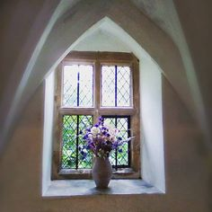 How does this picture make you feel? 😊 I took this back in The Summer in a priory in East Sussex; a beautiful place of serenity and healing by The Monks in The pre 1530's, then a family home for centuries after.  The last days of Advent are upon us and a time of preparation!  for me that is spiritually as well as practically. What does preparing for Christmas look like for you? 🙂❄⛄  #whitechristmas #designermaker #churchwindow #pinkflowers🌸 #driedflowerbouquet #christmassnow…