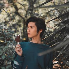 Casually posing with ice-cream. Kristian Kostov, Lp Laura Pergolizzi, Millie Bobby Brown, Good Looking Men, How To Look Better, Ice Cream, Poses, Celebrities, Instagram