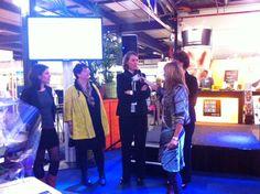 Oprichter van Moneypenny, Marianne Sturman, in gesprek met genomineerden. Genomineerde Saskia Idema beantwoordt een vraag.