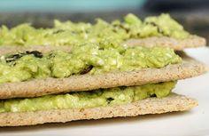 Lunch: Cracottes met avocado, feta en rozijnen