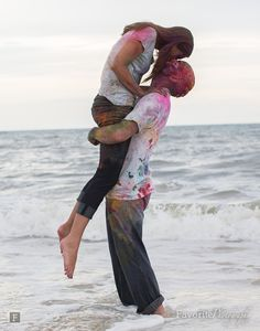 Wow Engagement | Holi Powder Kiss in the Ocean | © Favorite Photography