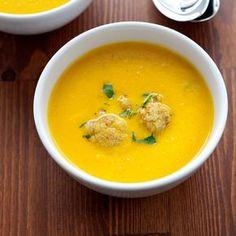 Pyszna i gęsta. Niby zwykły kalafior, ale z dodatkiem curry zyskuje niecodzienny smak! Jeśli, tak jak my, jesteście fankami kalafiorowej, koniecznie musicie spróbować tej wariacji...