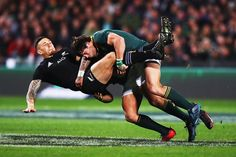 Jan Serfontein of South Africa tackles Sonny Bill Williams of the All Blacks during the Rugby Championship match between the New Zealand All Blacks and the South African Springboks at QBE Stadium on September 2017 in Auckland, New Zealand. Rugby Sport, Rugby Club, Rugby Men, Sport Man, Rugby League, Rugby Players, Rugby Wallpaper, South Africa Rugby, Sonny Bill Williams
