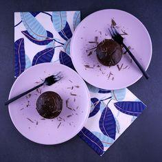 Ce n'est pas un gâteau non sucré car il y a le sucre du chocolat et celui du fruit, mais sans sucre ajouté. La compote apporte le moelleux malgré l'absence totale de beurre… bref pourquoi s'en priver?