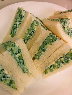 キュウリとクリームチーズのサンドイッチ たっぷりキュウリとクリームチーズがよく合います。