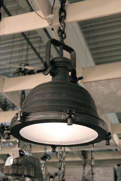 Weet je nog, die fabriekslampen van vroeger? Deze hanglamp van het merk Label51…