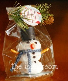 Powdered donut snowman treats - cute work gifts. Oh I want to make these for DH's work!