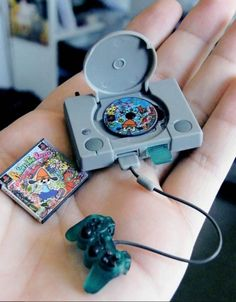 Funny pictures about Tiny PlayStation. Oh, and cool pics about Tiny PlayStation. Also, Tiny PlayStation photos. Mini Choses, Videogames, Mini Craft, Miniature Crafts, Miniature Food, Miniture Things, Small World, Girl Dolls, Dollhouse Miniatures