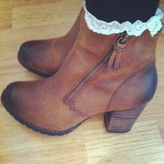 Like the lace socks with ankle boots Crazy Shoes, On Shoes, Me Too Shoes, Shoe Boots, Shoes Sandals, Heels, Fall Winter Outfits, Autumn Winter Fashion, Winter Clothes