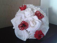 Bouquet da sposa realizzato interamente a mano con rose in carta crespa bianche, papaveri con cristalli e perle di swarosky, boccioli di rosa in doppio raso e cristalli di swarovsky.