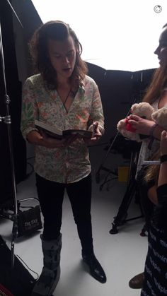 First picture of Harry with his boot (WHICH HE WON'T WEAR ON STAGE! *grumbles*)…
