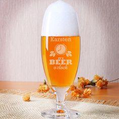 It's beer o'clock! Diesen einladenden Text gravieren wir einseitig, zusammen mit Ihrem gewünschten Namen, auf dieses formschöne Bierglas der Marke Sahm-Rastal. Begleitet wird der Text von einem kleinen Ornament aus Hopfenblättern, Weizen, Kronkorken und Bierflaschen.