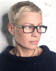 How to style the Pixie cut? Despite what we think of short cuts , it is possible to play with his hair and to style his Pixie cut as he pleases. Super Short Hair, Short Grey Hair, Short Hair Cuts, Short Hair Styles, Pixie Cuts, Hair Today Gone Tomorrow, Androgynous Hair, Short Pixie Haircuts, Pixie Hairstyles