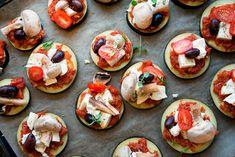Aubergine pizza er en variation af den traditionelle pizza lavet uden mel eller pizzadej - med aubergine skiver som bund - få opskrift
