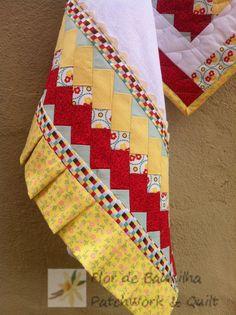 Divulgar todos os trabalhos em Patchwork do Flor de Baunilha, bem como publicar Tutoriais de Patchwork. Patch Quilt, Quilt Blocks, Seminole Patchwork, Patchwork Quilting, Fabric Crafts, Sewing Crafts, Sewing Projects, Dish Towel Crafts, Quilt Boarders
