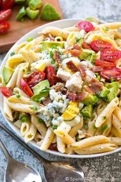 Cobb Pasta Salad is the perfect summer meal alongside a cold refreshing glass of iced tea! Loaded with juicy tomatoes, crisp bacon, avocados and cheese, this pasta salad can save the day at dinner time or be the star dish at any picnic or potluck spread! Potluck Recipes, Summer Recipes, Cooking Recipes, Healthy Recipes, Potluck Dishes, Healthy Pastas, Salad Recipes Video, Pasta Salad Recipes, Edamame